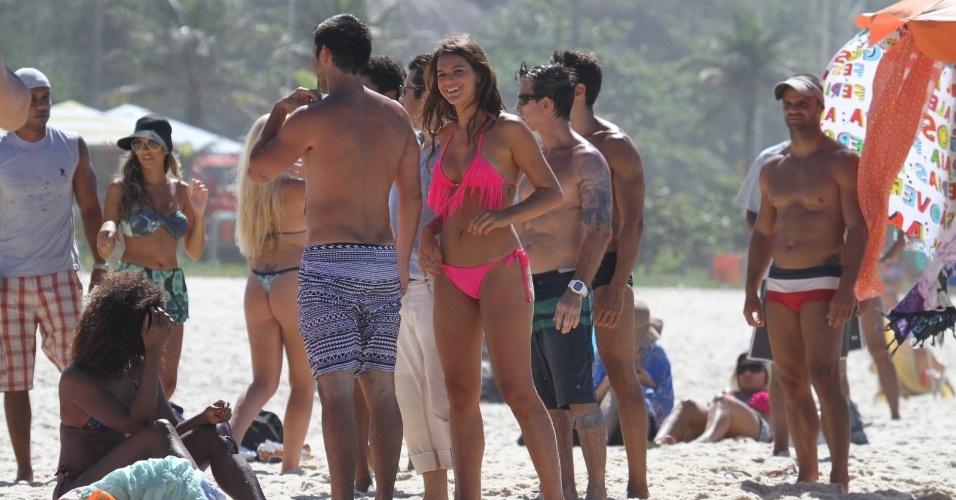 """15.mar.2014 - Bruna Marquezine gravou cenas de """"Em Família"""" neste sábado na praia da Macumba, zona oeste do Rio. Erika Januza (sentada) e Bruno Gissoni (de costas) também participaram da gravação"""