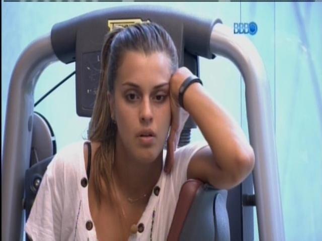 15.mar.2014 - Entediada, Angela pergunta se Valter já ficou de saco cheio de estar dois meses confinado.