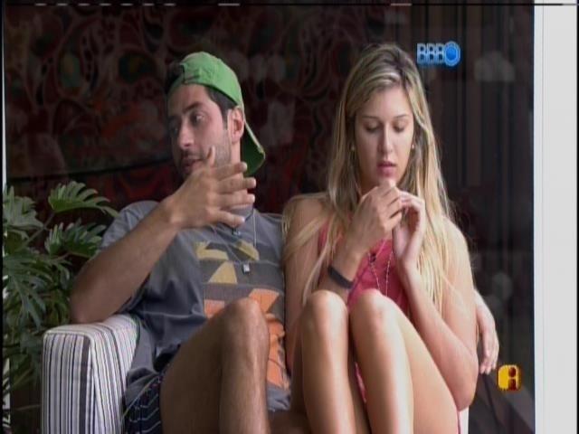 15.mar.2014 - Marcelo, Tatiele e Diego conversam na varanda