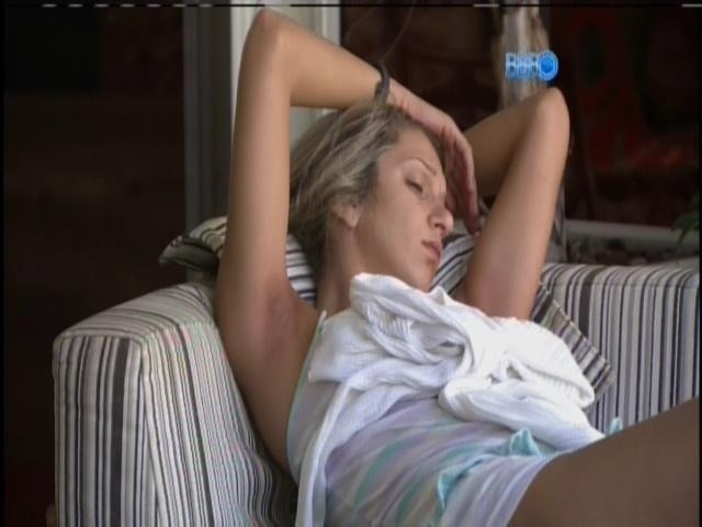 16.mar.2014 - Tatiele Polyana fica sozinha na varanda