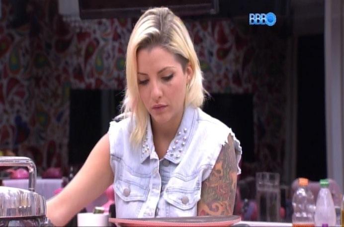 16.mar.2014 - Clara acha que Cássio se ligou que errou, ao acusar Marcelo de abusar de Angela, que estava bêbada e aparentamente desacordada durante Festa.