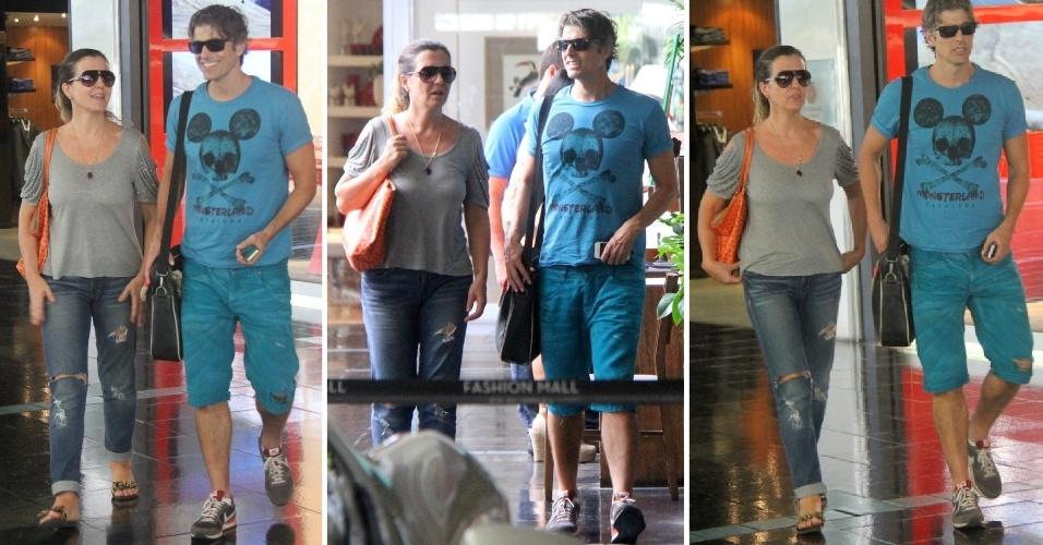 16.mar.2014 - Com camisa do Mickey, Reynaldo Gianecchini curte o dia ao lado de amiga em shopping no Rio. O ator, que está no ar na pele de Cadu, na novela