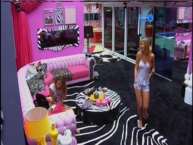 16.mar.2014 - Despertados com música sertaneja, Tatiele canta e pula pela sala