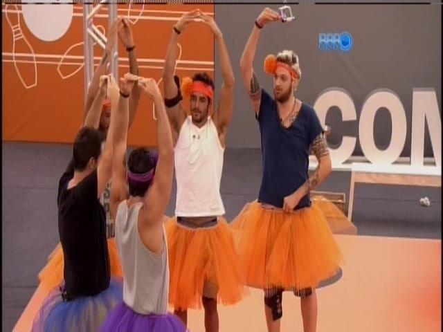 16.mar.2014 - Vestidos de bailarinas, Vinícius Valverde pede para brothers fazerem performance de balé
