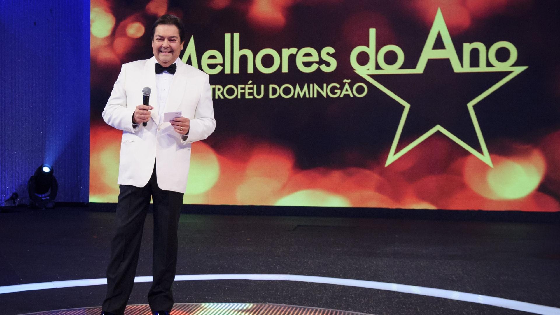 16.mar.2014 - Fausto Silva apresenta o prêmio