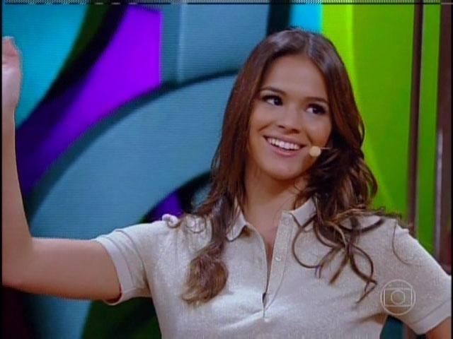 17.mar.2014 - Bruna Marquezine relembra como a Miss Belezinha acenava em