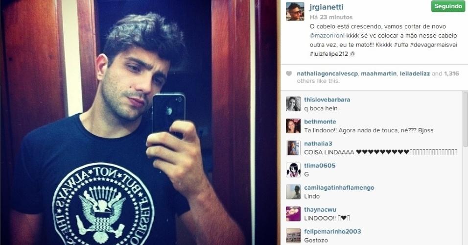 17.mar.2014 - Junior resolveu abandonar a touca que aderiu depois que Roni cortou o seu cabelo com uma lâmina de barbear no programa. No Instagram, o ex-BBB brincou com o modelo: