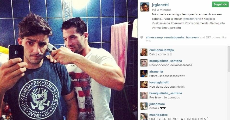 17.mar.2014 - Mesmo fora do confinamento, Roni corta novamente o cabelo de Junior.