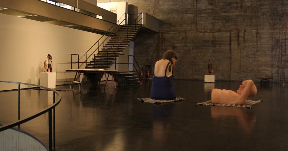 """Além das esculturas, a mostra exibirá o documentário """"Still Life: Ron Mueck at Work"""" (2011-2013), de Gautier Deblonde, com o registro do artista trabalhando em seu ateliê."""