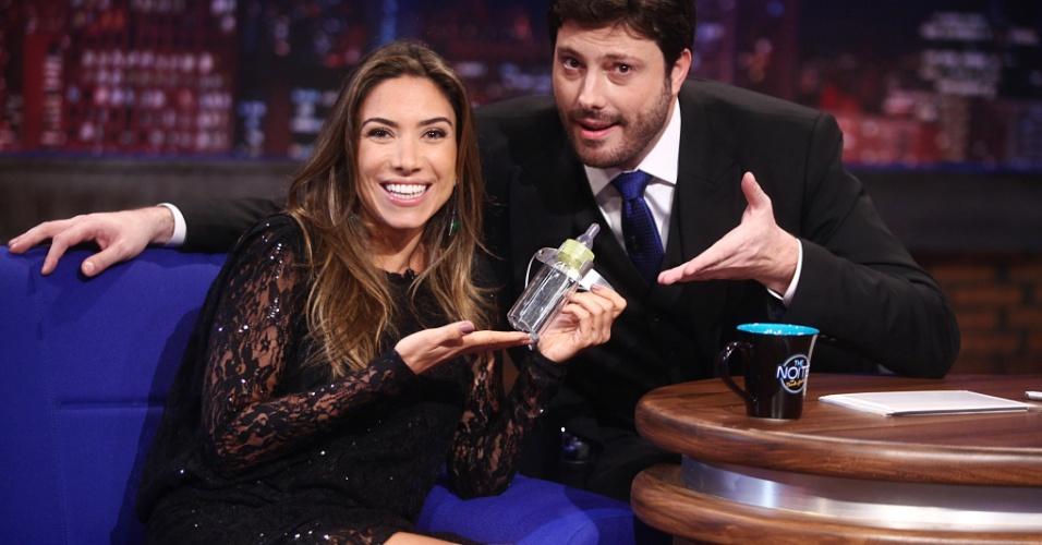 Grávida do primeiro filho, Patrícia Abravanel ganha mamadeira de presente de Danilo Gentili