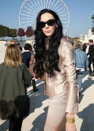 L'Wren Scott posa antes do desfile de Nina Ricci durante a semana de moda de Paris, em 2007