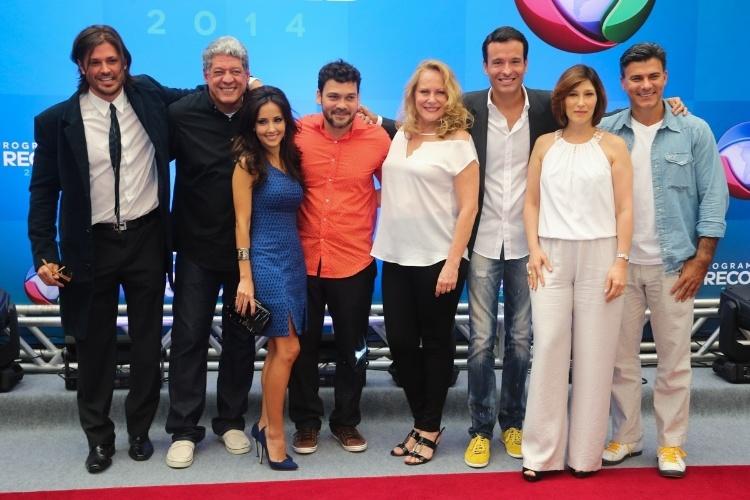 18.mar.2014 - Atores da Record posam juntos na apresentação da programação 2014 da emissora, em São Paulo