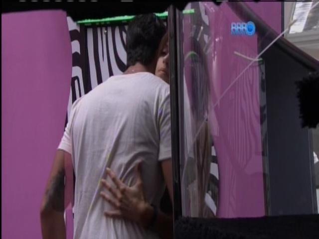 18.mar.2014 - Marcelo e Angela se cumprimentam antes de fazerem Raio-X