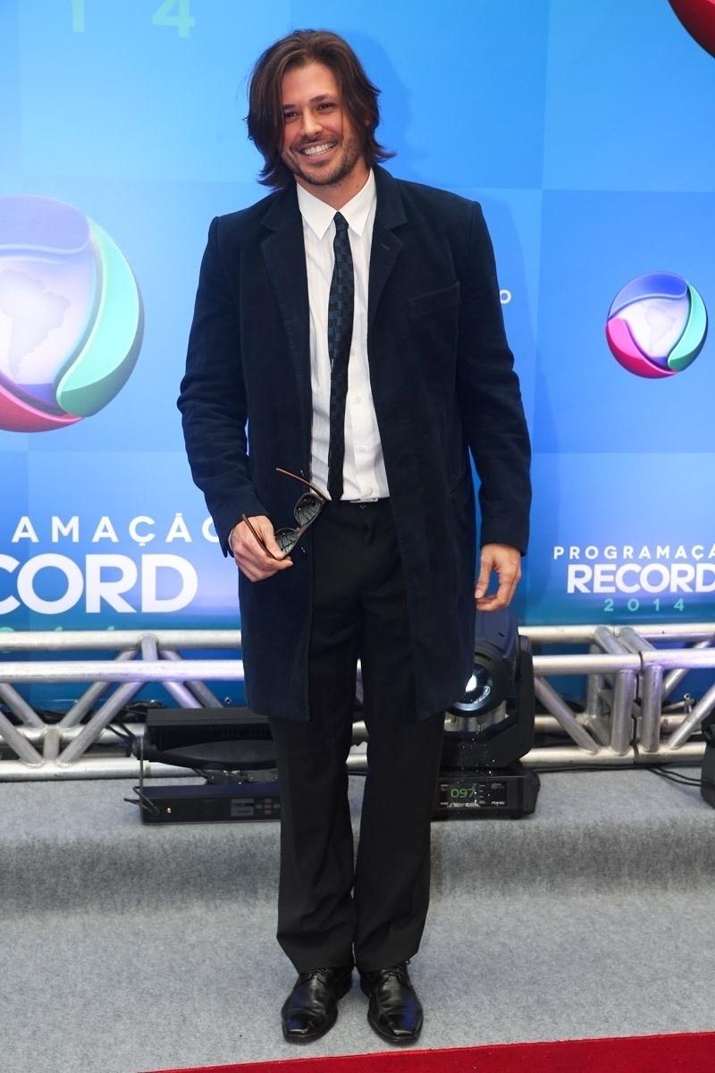 18.mar.2014 - O ator Dado Dolabella posa para fotos na apresentação da programação 2014 da Record, em São Paulo