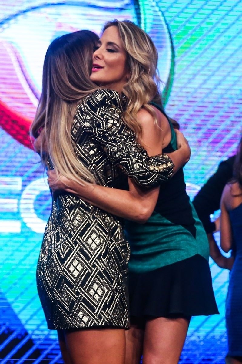 18.mar.2014 - Sabrina Sato e Ticiane Pinheiro se abraçam durante evento de apresentação da programação 2014 da Record, em São Paulo