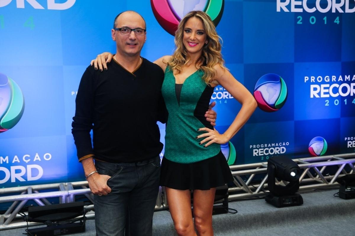 18.mar.2014 - Ticiane Pinheiro e Britto Jr. posam para fotógrafos durante evento de apresentação da programação 2014 da Record, em São Paulo