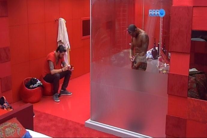 18.mar.2014 - Valter apara os pêlos pubianos enquanto conversa com Cássio