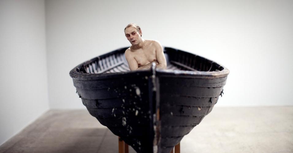 """A obra """"Man In a Boat"""" (2002), de Ron Mueck, será uma das nove obras expostas no Museu de Arte Moderna do Rio a partir do dia 20 de março de 2014"""