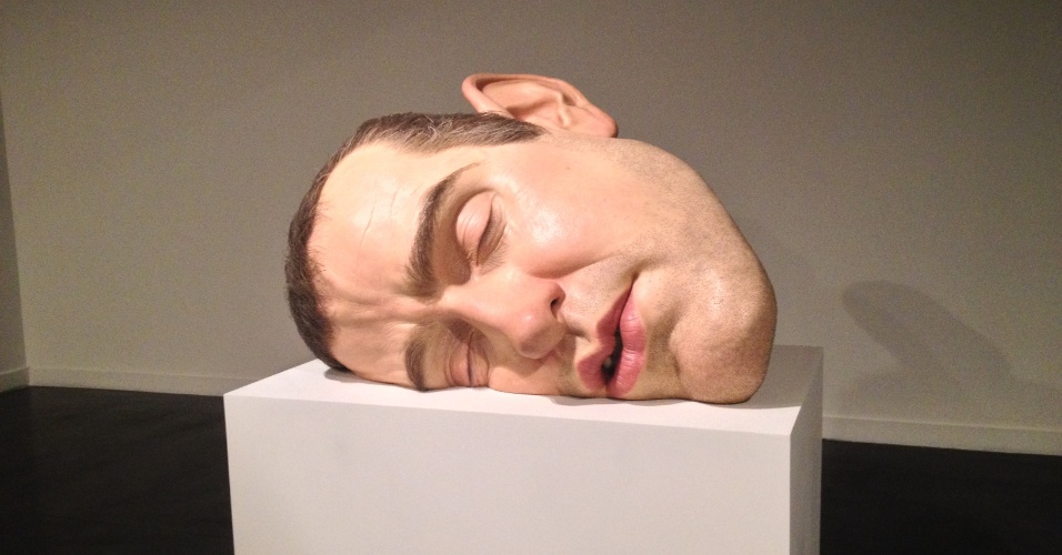 "A obra ""Mask II"" (2002) do escultor Ron Mueck exposta no Museu de Arte Moderna do Rio"