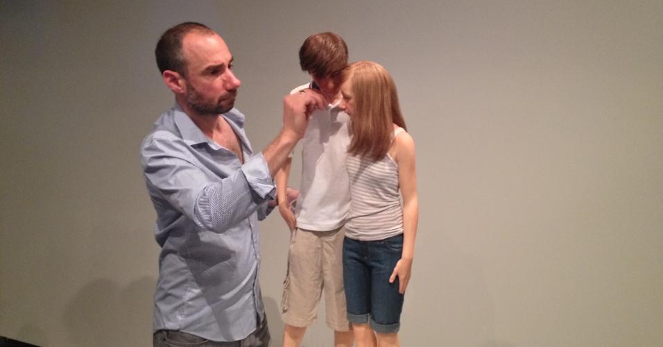 """O assistente do escultor Ron Mueck, Charlie Clarke, faz os últimos retoques na obra """"Youg Couple"""" (2013), exposta no MAM Rio"""