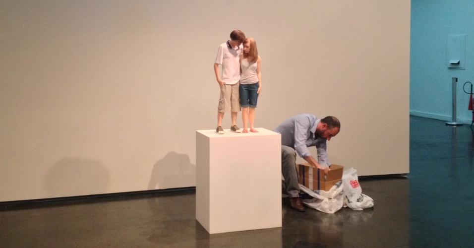 O assistente do escultor Ron Mueck, Charlie Clarke, faz os últimos retoques nas obras antes de inaugurar a exposição do artista no MAM Rio