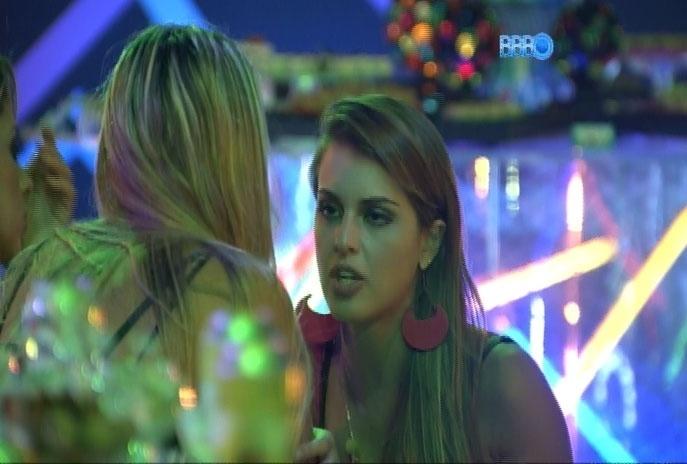 19.mar.2014 - Angela, Tatiele e Vanessa conversam durante festa