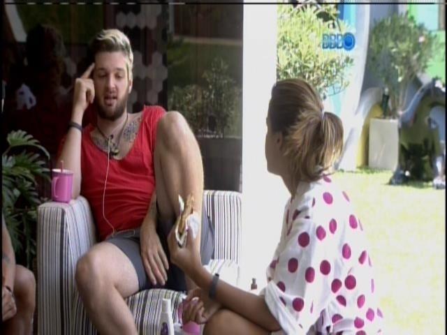 19.mar.2014 - Cássio, Angela, Valter e Clara conversam na varanda