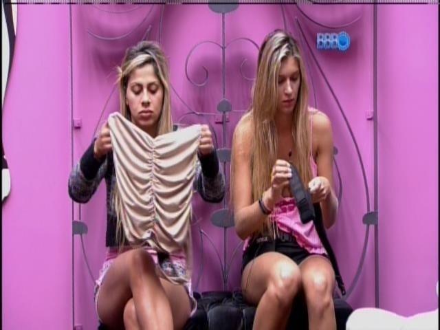 19.mar.2014 - De volta do paredão, Vanessa aguarda para gravar seu raio-x, ao lado de Tatiele