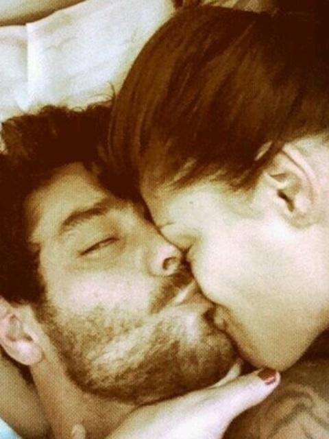 19.mar.2014 - Nesta manhã, Diego mostrou no Twitter que o romance permanece firme depois do programa ao postar uma foto na qual aparece dando beijinho em Franciele enquanto estão deitados.