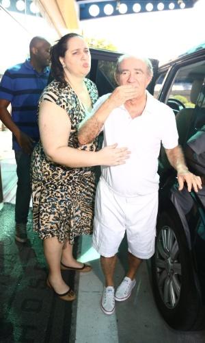 19.mar.2014- Ao lado da mulher, Renato Aragão recebe alta do hospital na Barra da Tijuca, onde estava internado desde sábado, 15