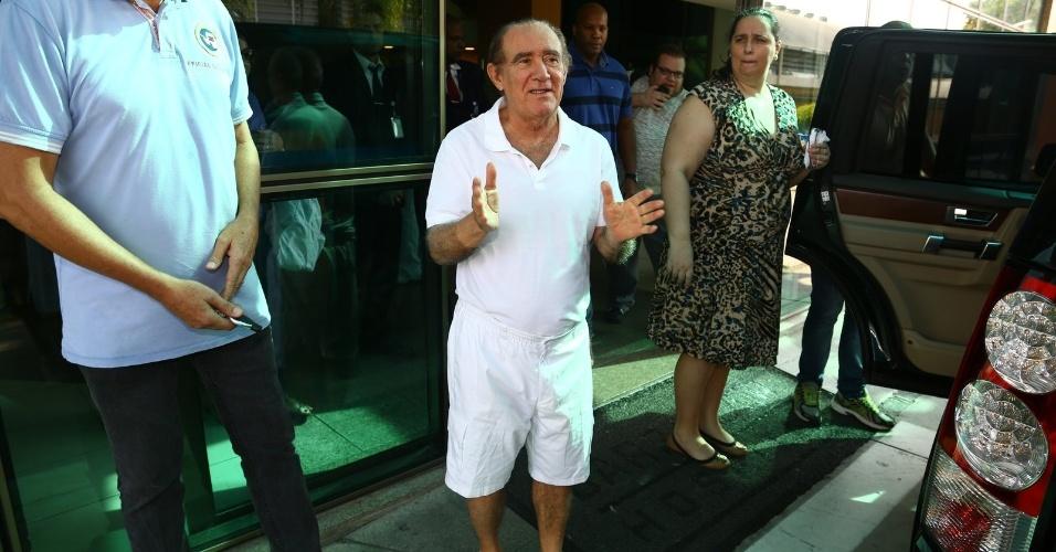 19.mar.2014- Renato Aragão foi submetido a uma angioplastia após sofrer um infarto. Ele recebeu alta do hospital no Rio nesta quarta-feira
