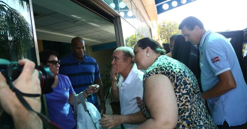 19.mar.2014- Renato Aragão manda beijos para a equipe do hospital Barra D?Or no Rio de Janeiro