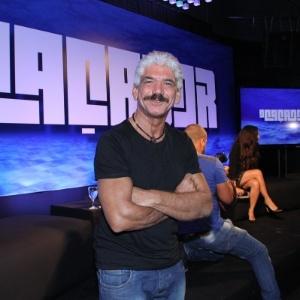 http://imguol.com/c/entretenimento/2014/03/20/19mar2014---o-ator-jackson-antunes-prestigia-a-coletiva-da-serie-o-cacador-1395286696182_300x300.jpg