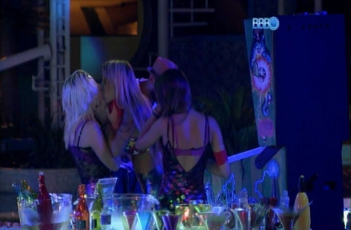 20.mar.2014 - Mesmo tendo vomitado menos de um minuto antes, Vanessa beija Clara na boca sem nojo algum