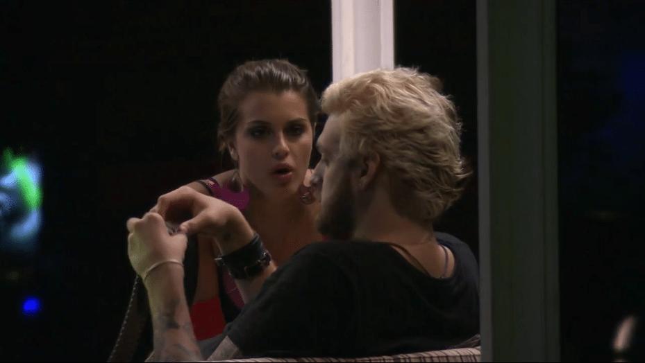 20.mar.2014 - Angela se sente mal por Cássio e afirma que não quer que ele saia do reality