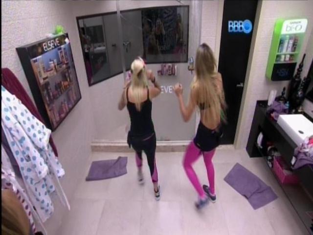 20.mar.2014 - Depois de dançarem na sala, Tatiele e Clara se esbaldam no banheiro