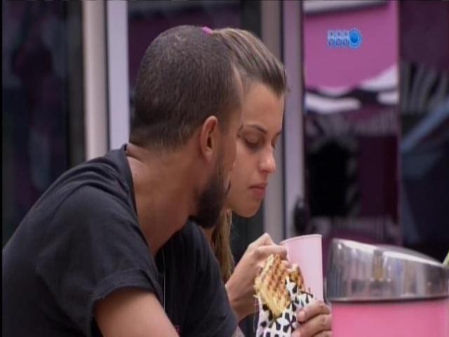 20.mar.2014 - Angela e Valter acreditam que estarão no próximo paredão e enfrentarão Cássio