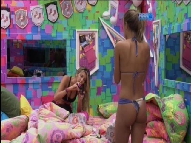 20.mar.2014 - Angela veste biquíni fio dental no Quarto Festa e conversa com Tatiele.