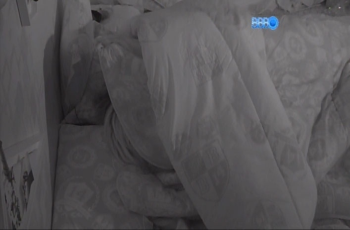 20.mar.2014 - Antes de dormirem, Clara e Vanessa trocam beijos e carícias debaixo do edredom, no quarto festa