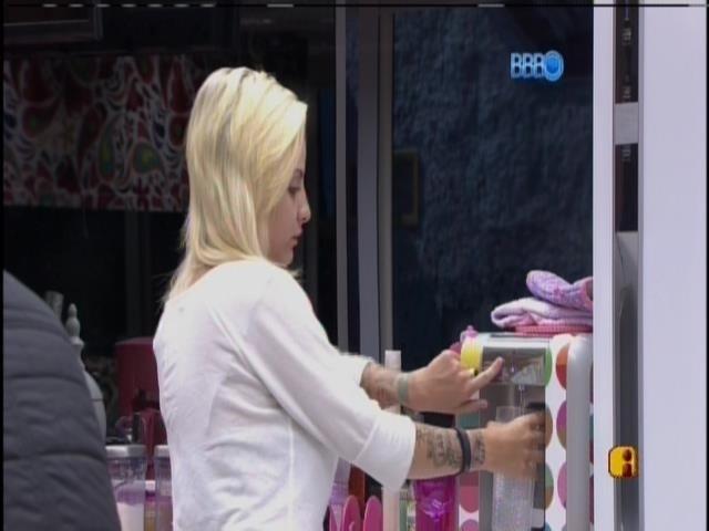 20.mar.2014 - Antes de gravar o raio-x, Clara toma água na cozinha