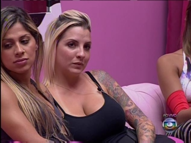 20.mar.2014 - Clara fica contrariada por ter sido excluída da prova do líder por Tatiele.