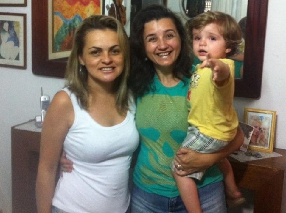 20.mar.2014 - Com o filho de Clara no colo, mãe da sister, Rosangela, diz que foi