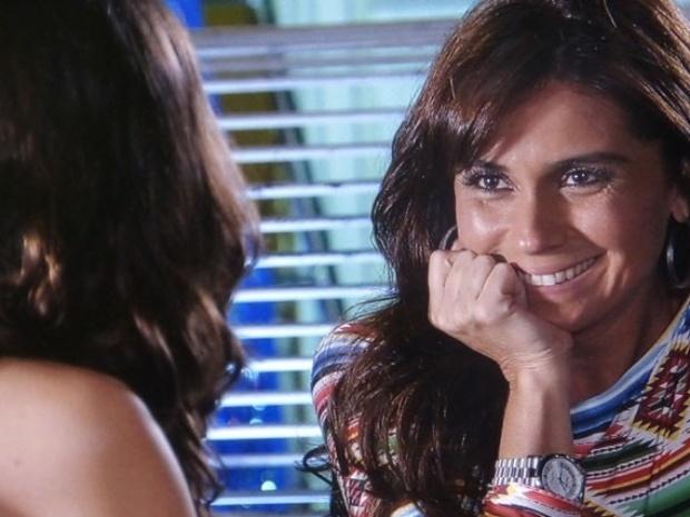 """20.mar.2014 - """"Em Família"""", Clara pede que Marina a ensine a fotografar"""