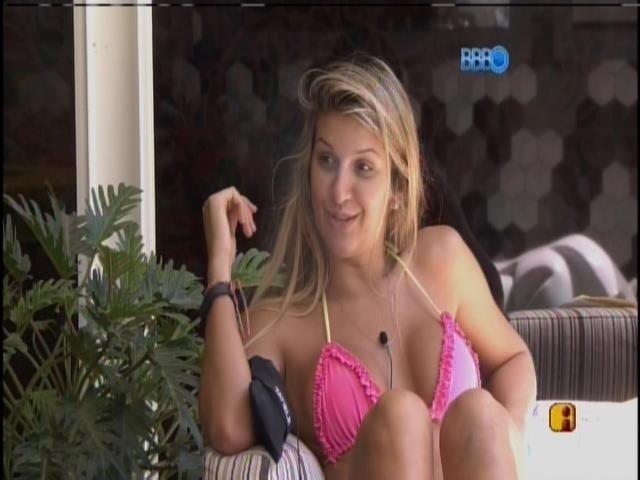 20.mar.2014 - Tatiele e Cássio torcem por show de Luan Santana na casa