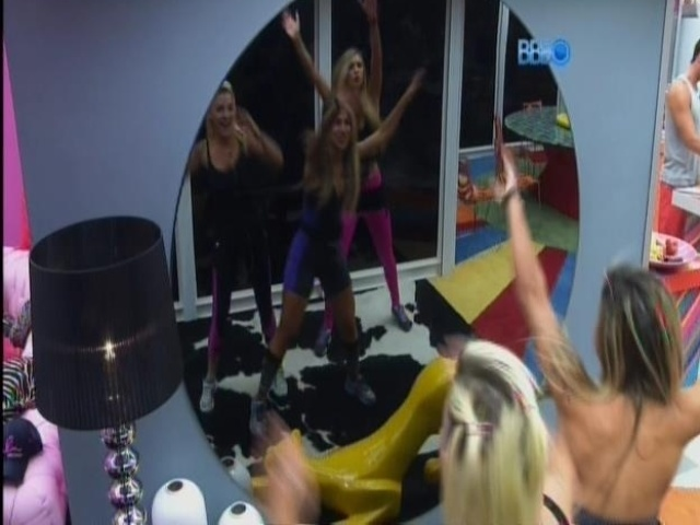 20.mar.2014 - Tatiele, Vanessa e Clara dançam de frente para o espelho