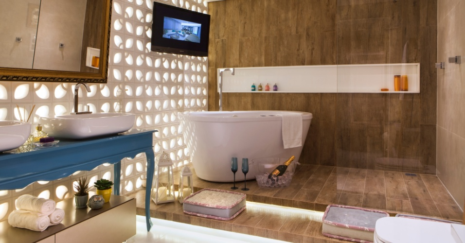 A Sala de Banho do Casal, criada pelo trio Mariana Gama, Taciana Gomes e Fernanda Zerbone, mistura elementos modernos com móveis e estruturas