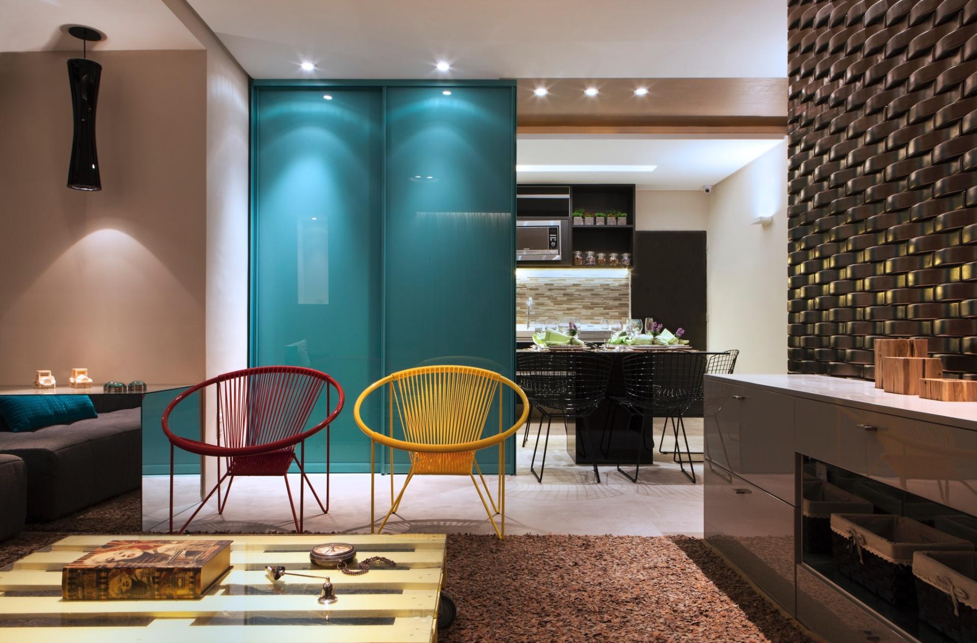 Sala De Estar Na Cor Azul ~ de vidro temperado, na cor azul vibrante, integra a cozinha à sala