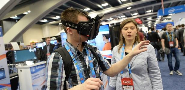 Visitante da feira de games testa o Oculus Rift, que permite ´mergulhar´ em mundos virtuais