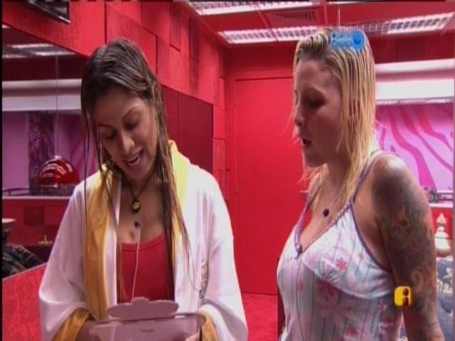 20.mar.2014 - Vanessa apresenta a Clara seus bichos, por fotos.
