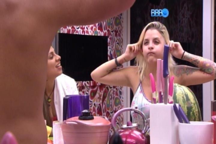 21.mar.2014 - Clara imita Marcelo e tenta ficar com cara de macaco durante a madrugada desta sexta-feira